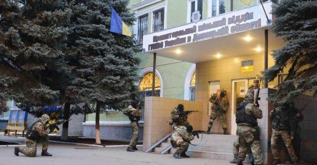 """Ucraina, blitz contro filorussi: morti e feriti. Medvedev: """"Sull'orlo di guerra civile"""""""
