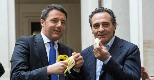 Dani Alves, Renzi e Prandelli mangiano la banana contro il razzismo