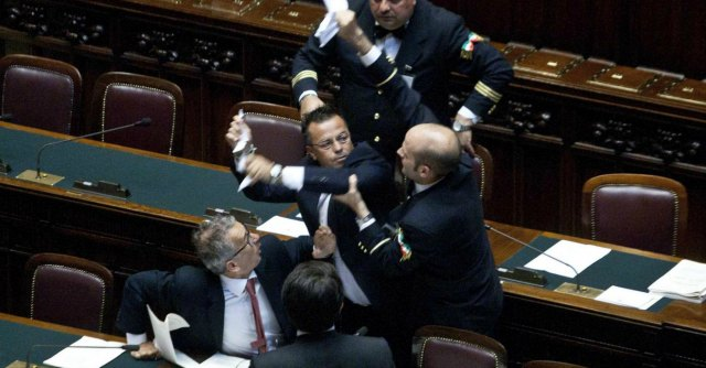 Sventolò una spigola alla Camera, al leghista Buonanno 10 giorni di sospensione