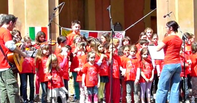 """25 aprile a Bologna, il coro R'esistente dei bimbi di via del Pratello: """"Cantano la storia"""""""