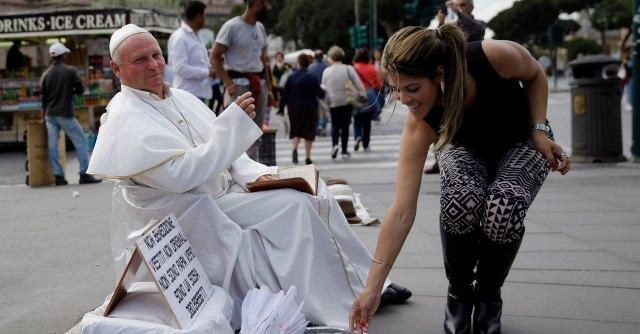 Roma, il business profano della canonizzazione. Attesi 800mila pellegrini