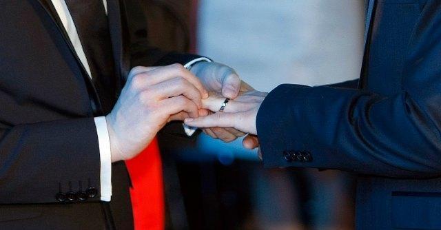 Grosseto, nozze gay trascritte nel registro del Comune: sono 'sposo' e 'sposo'