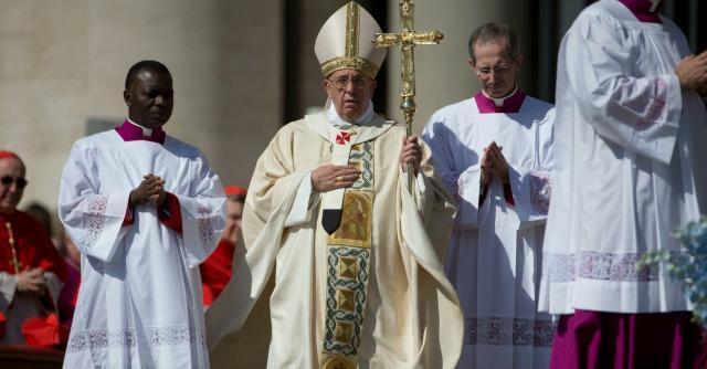 Pasqua 2014, il Papa prega per bambini e donne vittime di violenza. E chiede la pace