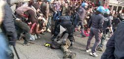 Manifestazione Roma, scontri: poliziotto calpesta una ragazza in terra