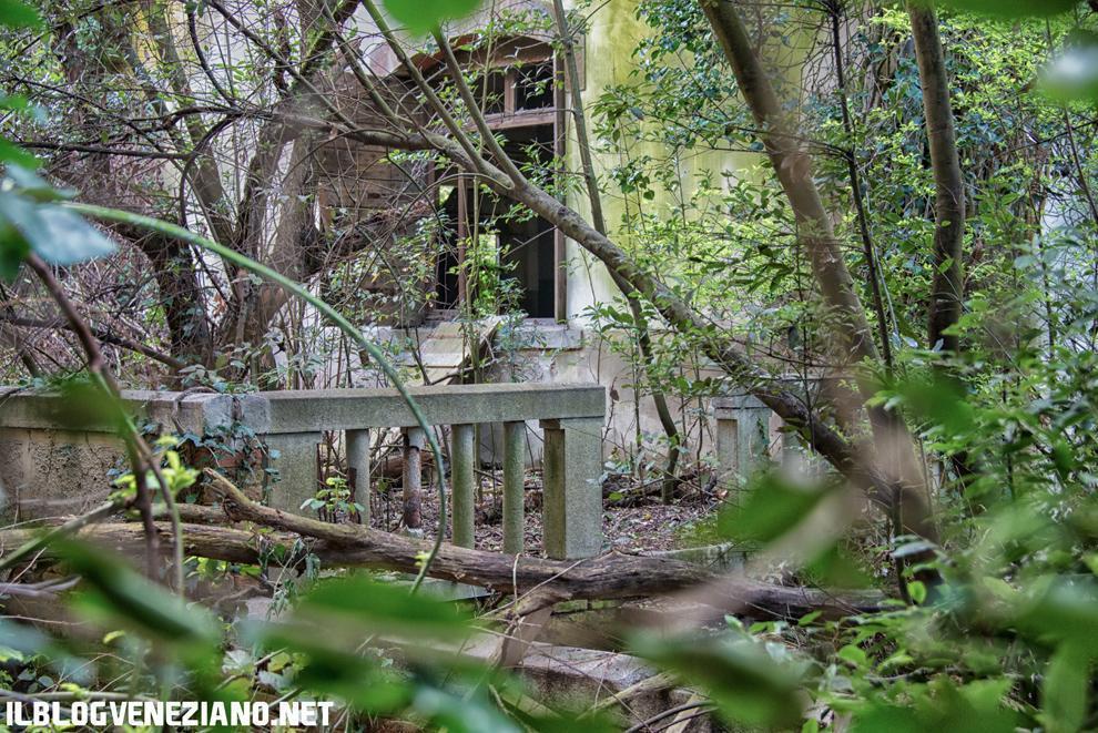 Un edificio abbandonato presso la cisterna d'acqua a caduta che riforniva l'isola