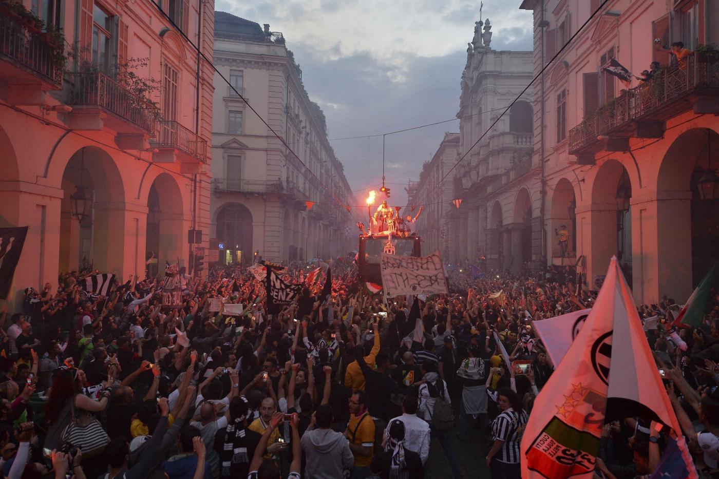 La Juventus durante il giro celebrativo in pullman