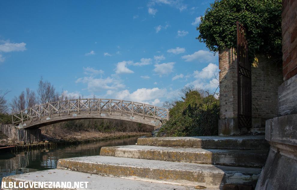"""ISOLA DI POVEGLIA (VE) - L'isola di Poveglia è divisa in tre parti: a est l'ottagono (1380). Il più antico dei 5 presenti in laguna; al centro il gruppo ospedaliero: nel 1968 si chiude il cronicario per lungo degenti; a ovest la campagna coltivata a orti e vigneti: collegata da un ponte di recente costruzione, questa parte dell'isola venne coltivata fin dal 1935 da un """"guardiano volontario"""" che sembra avesse ottenuto una concessione demaniale, tale Gildo Sgarbi. (PH: Giacomo Martines)"""
