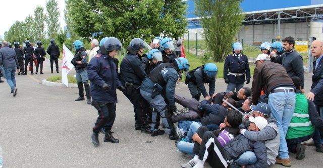 Ikea Piacenza, scontri tra facchini e polizia: 3 feriti. Stabilimento chiuso – Fotogallery