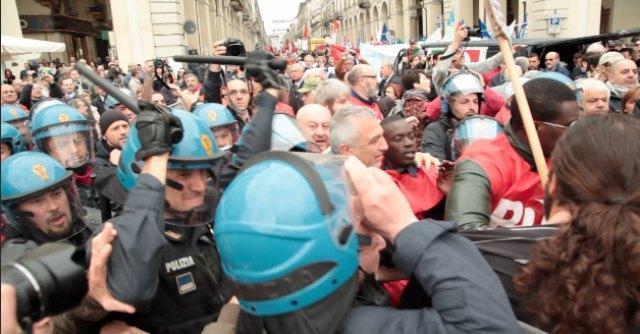 Primo Maggio, tensioni e scontri a Torino tra manifestanti e forze dell'ordine