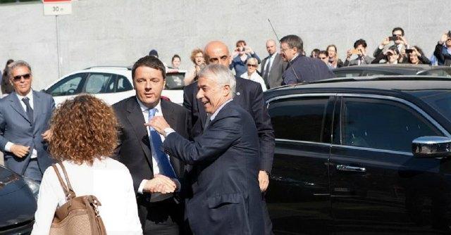 """Expo, Renzi a Milano: """"Lo Stato è più forte dei ladri"""". Contestazioni: """"Vergogna"""""""