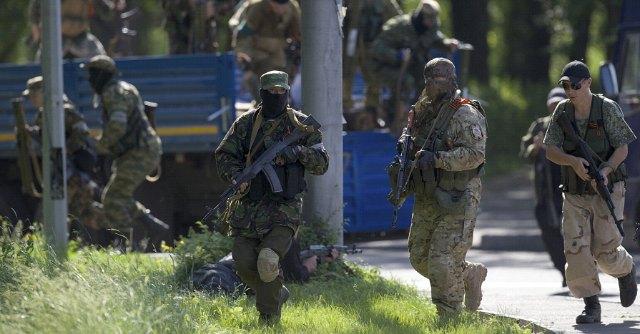 Ucraina, blitz dei filorussi all'aeroporto di Donetsk. Poroshenko eletto presidente