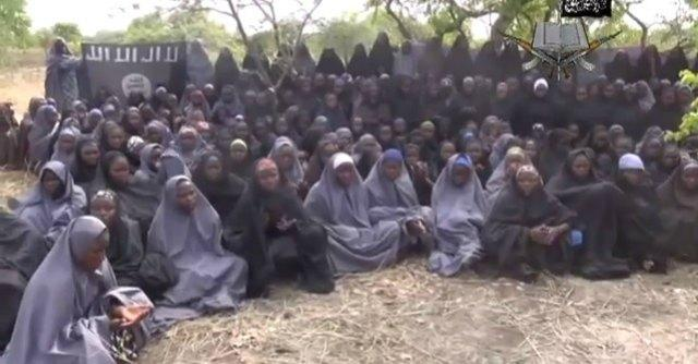 """Nigeria, l'esercito: """"Sappiamo dove sono le 200 ragazze rapite"""". 54 morti in un attacco"""