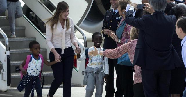 Maria Elena Boschi con i bambini del Congo