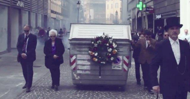 """A Parma il """"funerale del cassonetto"""". Ma i giudici respingono ricorso inceneritore"""
