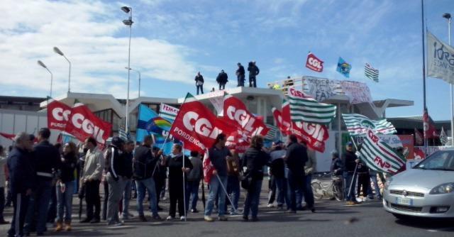 Ideal Standard lascia il tavolo governativo, operai sul tetto in sciopero della fame
