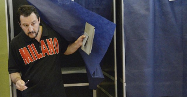 Votazioni 2014, Salvini entra nella cabina elettorale col tablet. Ma è vietato