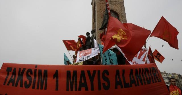 Turchia, scontri in piazza Taksim. Il governo vieta di manifestare