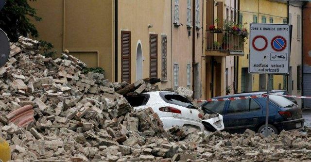 Mantova a due anni dal terremoto 700 persone senza casa e mancano 55 milioni il fatto quotidiano - Casa senza fondamenta terremoto ...
