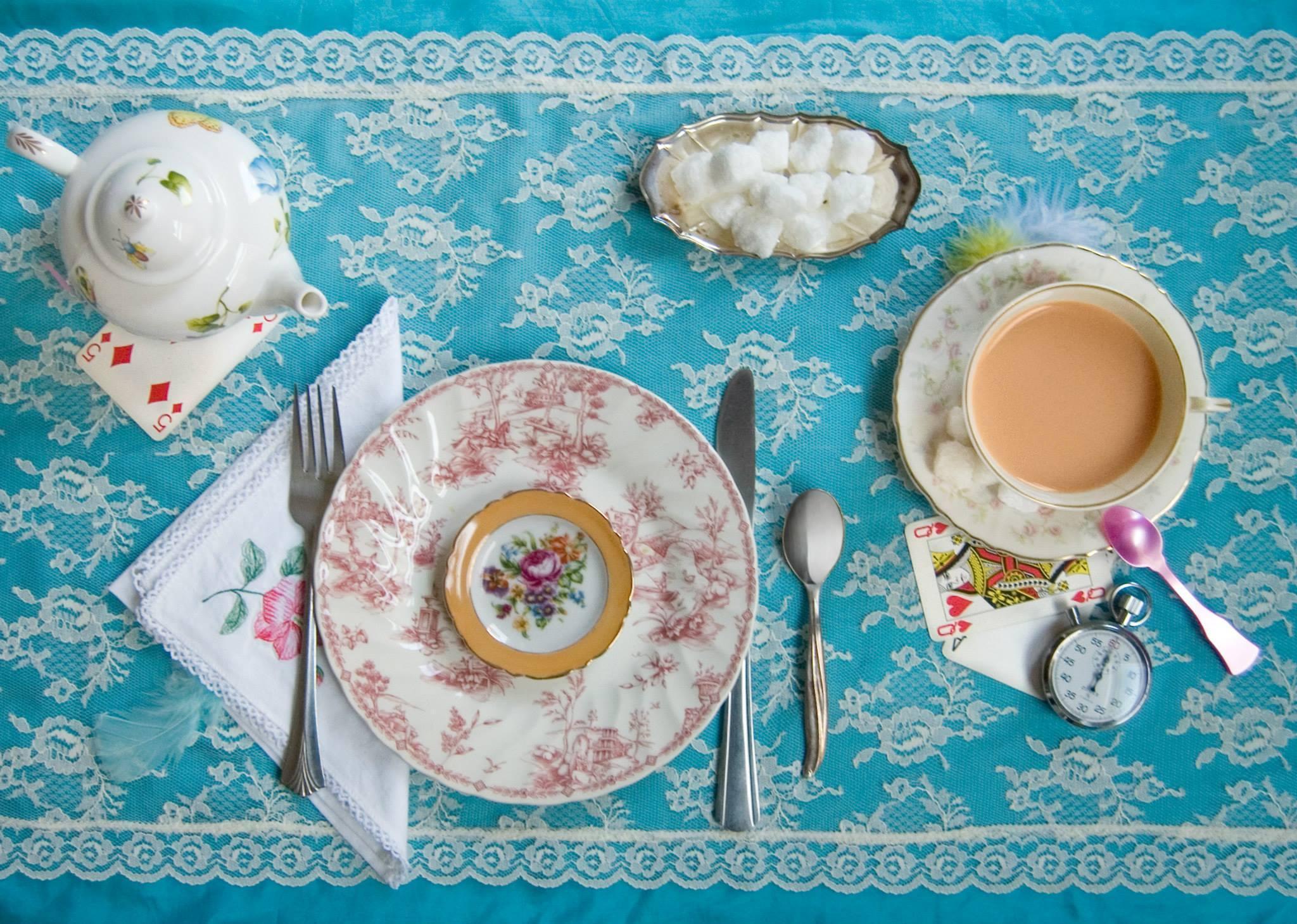 """""""""""Prendi un po' di vino"""", disse la lepre Marzolina in tono incoraggiante. Alice guardò sul tavolo ma non c'era nulla se non del tè"""""""