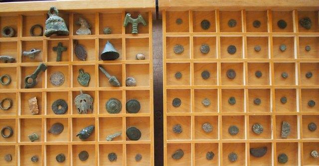 Collezionista con metal detector nella necropoli. A casa aveva tesoro archeologico