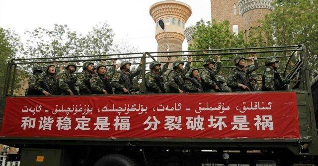 """La Cina ai turisti: """"Offriamo 60 euro a chi sfida i terroristi e visita lo Xinjiang"""""""