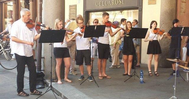 Multa a ragazzi tedeschi che suonano in piazza. Prima il Comune li pubblicizzava