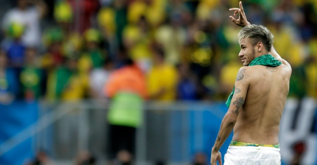 Neymar abbassa troppo i pantaloncini: pubblicità occulta? Fifa pensa a indagine