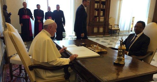 """Vaticano, Lombardi: """"Papa Francesco sta bene"""". Ma i dubbi sulla sua salute restano"""