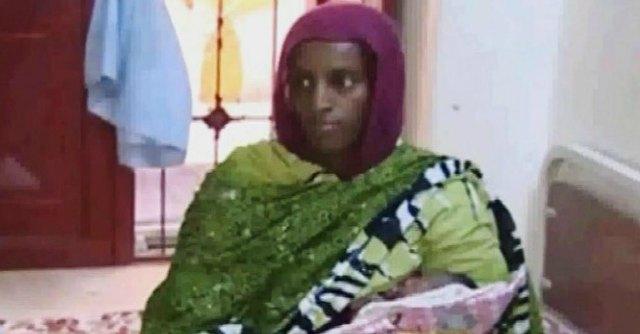 """Sudan, Meriam: """"Costretta a partorire in carcere con le gambe incatenate"""""""