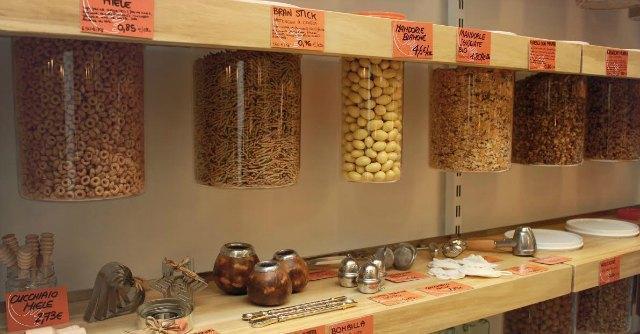 Addio imballaggi e buste nei supermercati. ln Italia crescono i 'negozi leggeri'