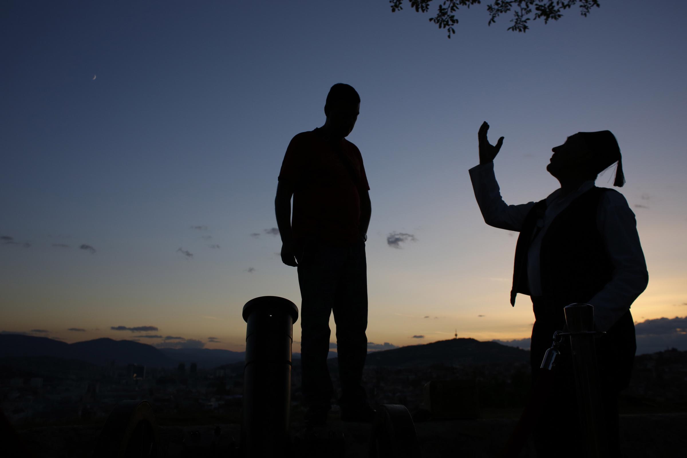 Artiglieri spiegano ai visitatori come caricano il fuoco d'artificio del cannone che segna l'inizio del digiuno che durerà dall'alba al tramonto