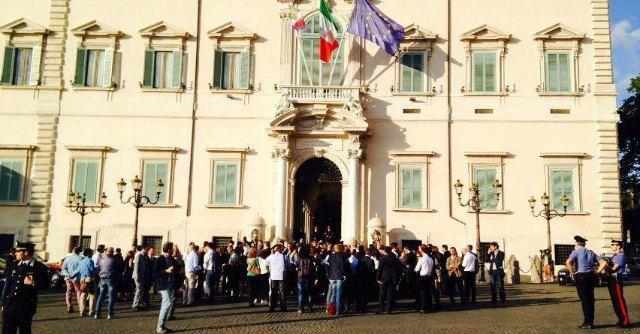 Patto Renzi-Berlusconi: firmiamo per fermarli
