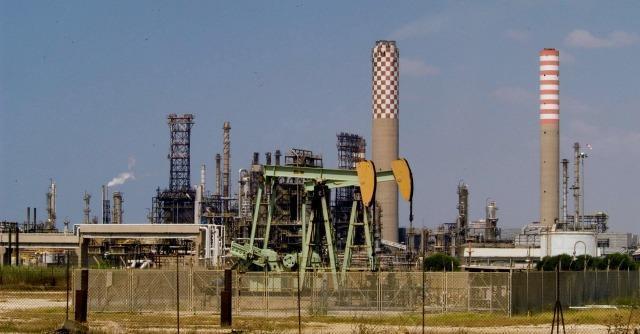 Raffinerie, Eni vuol chiudere Gela. Operai verso blocco metanodotto Italia-Libia