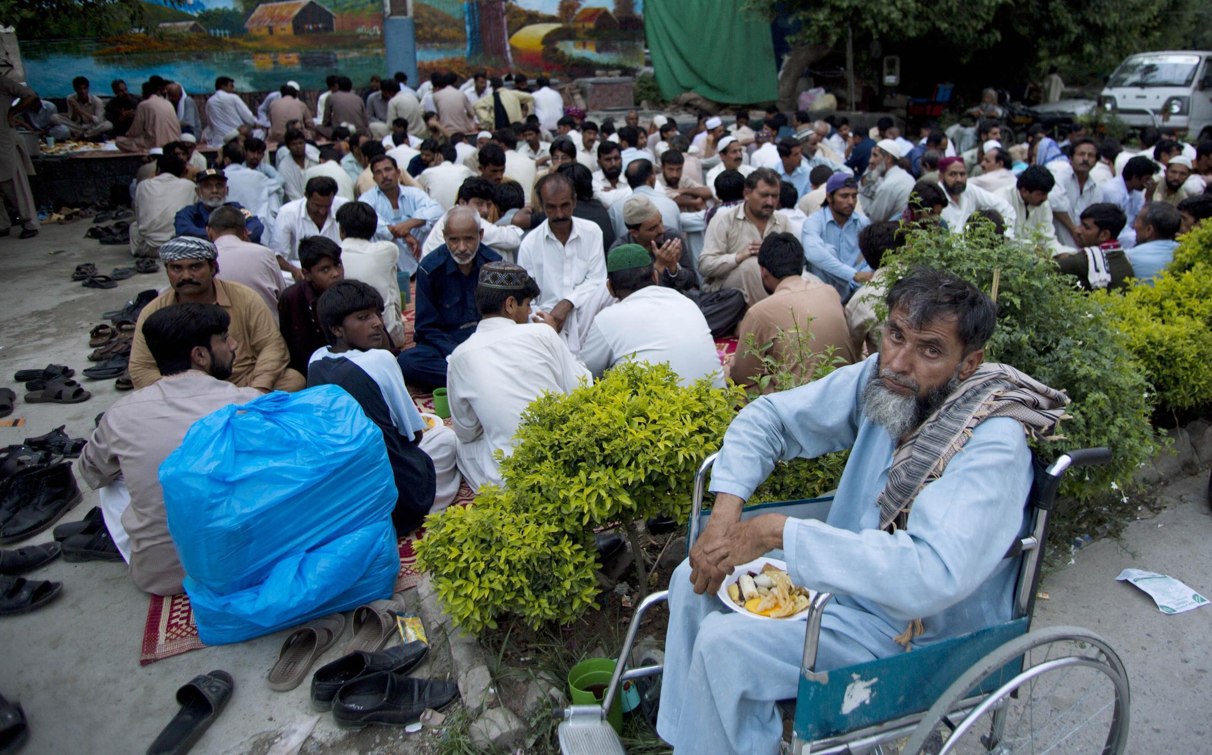 Musulmani pachistani attendono il tramonto per interrompere il digiuno.