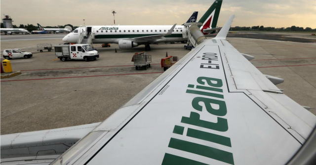 Alitalia, Poste fa marcia indietro: verserà altri 40 milioni nella compagnia