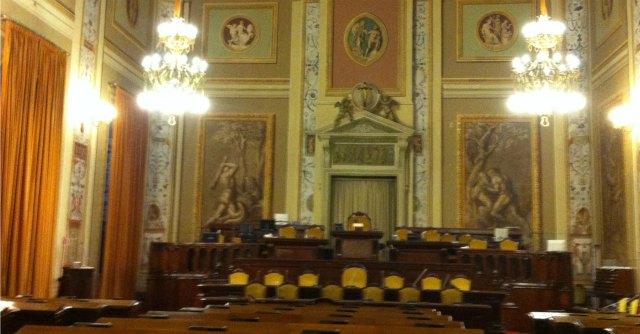 """Sicilia, l'Assemblea mette tetto a stipendi. E il segretario """"fugge"""" in pensione (d'oro)"""