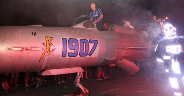Atalanta, alla festa dei tifosi il presidente si presenta a bordo di un mig