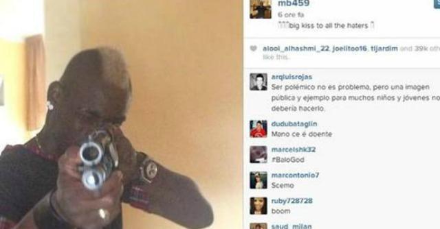 """Balotelli su Instagram punta la pistola: """"E' per chi mi odia"""""""