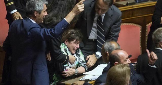 Riforme, caos in Aula al Senato: senatrice in ospedale. Governo battuto