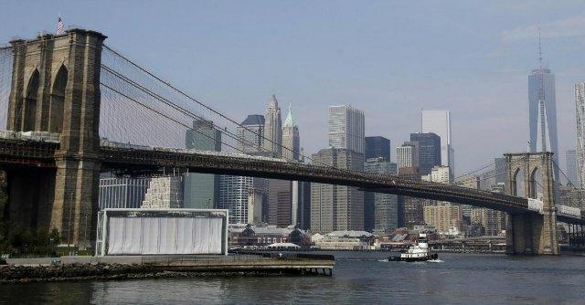 New York, crolla rivestimento sotto il Ponte di Brooklyn: cinque feriti