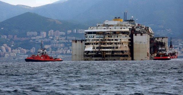 Costa Concordia a Genova, iniziate le manovre per ingresso in porto. Cronaca ora per ora
