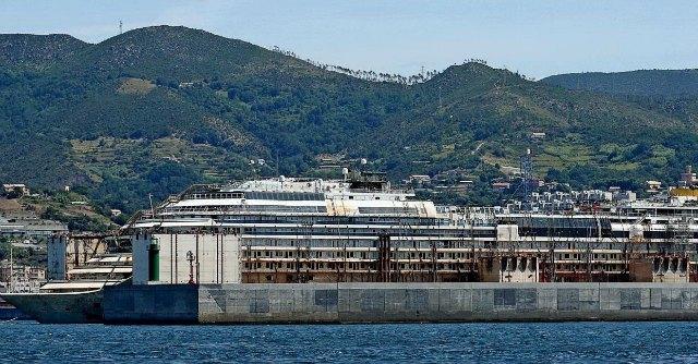 Concordia, si è concluso l'ultimo viaggio. Relitto in banchina a Genova. Ora per ora