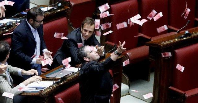 Camera, Dl detenuti approvato. Lega protesta e lancia banconote da 8 euro