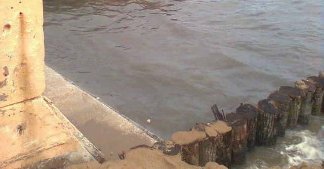 Maltempo, a Rimini le fogne scaricano in mare. Ancora divieto di balneazione