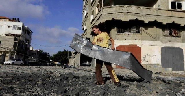 Israele bombarda Gaza e muove le truppe sul confine. Hamas risponde con i razzi