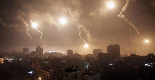 """Gaza, ancora raid: """"100 morti in 24 ore"""". Olp: """"Tregua"""". Ma Hamas dice no"""