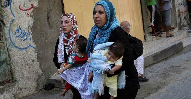 """Gaza, bombe su scuola dell'Onu: 17 morti Israele: """"Forse colpita da razzi di Hamas"""""""