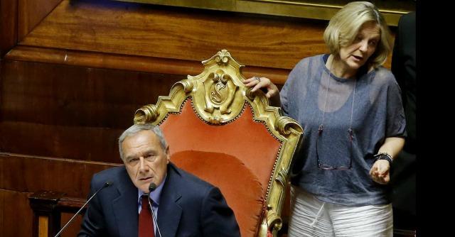 """Riforme, diretta dal Senato: sfiorata rissa Pd-M5S. Renzi: """"Cambieremo l'Italicum"""""""