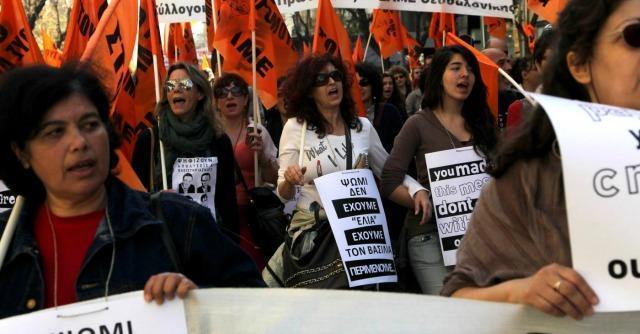 Grecia, con l'economia al collasso gli stipendi si pagano in buoni pasto