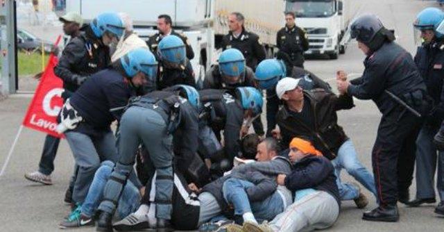 Piacenza, protesta all'Ikea contro 24 licenziamenti. Tre feriti negli scontri
